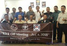 Ketua Umum KOSTI Pusat Joko Rinto Prihartono (tengah) foto bersama para panitia pelaksana IVCA 2018, usai meeting di Jimbaran Bay Beach Resort & Spa, Kedongan, Sabtu (26/8). Image by ist