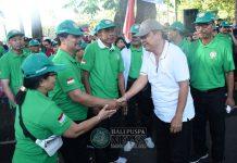 Kegiatan Fun Walk dilepas Walikota Denpasar I.B Rai Dharmawijaya Mantra bersama seluruh pengurus PGRI Kota Denpasar.