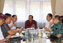 Gubernur Bali Wayan Koster didampingi Wakil Gubernur Bali Tjokorda Oka Artha Ardhana Sukawati (Cok Ace), Sabtu (17/11) melaksanakan Coffee Morning dengan pelaku pariwisata di kantor Gubernur Bali, Denpasar.