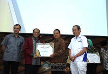 Ket foto : Walikota Denpasar, IB Rai Dharnmawijaya Mantra saat menerima penghargaan Natamukti dan Natamukti Nindya Ganapravara yang diserahkan Menteri Koperasi dan UKM RI, AA Gede Ngurah Puspayoga Kamis (15/11) di Gedung 123, Kawasan Puspitek Serpong, Tanggerang Selatan.