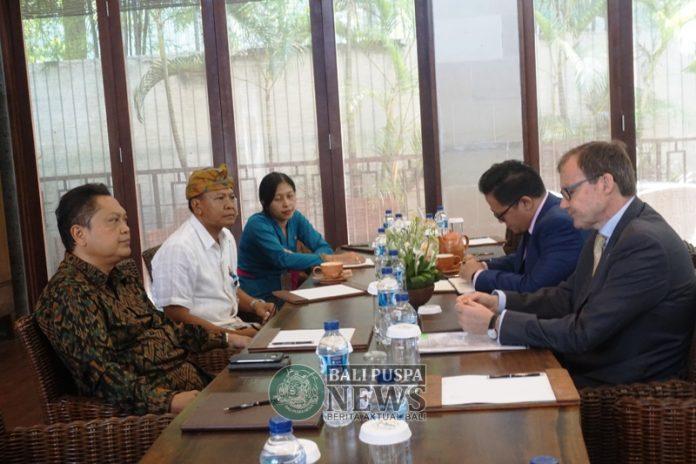 Keterangan Foto : Deputy Head of Mission Kedutaan Besar Inggris Rob Fenn saat bertemu dengan Walikota Denpasar IB Rai Dharmawijaya Mantra membahas rencana kerja sama, Kamis (6/12) di Denpasar.