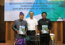 Ket foto : Sekda Kota Denpasar, AAN Rai Iswara bersama Ketua DPRD Kota Denpasar, I Gusti Ngurah Gede saat menerima Laporan Hasil Pemriksaan Semester II Tahun 2018 di Aula BPK RI, Senin (17/12).
