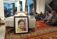 Foto: Almarhumah mantan Menteri Sosial Nani Sudarsono dimakamkan secara militer di Taman Makam Pahlawan Utama (TMPNU) Kalibata, Jakarta, Minggu (17/2).