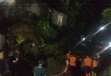 Petugas TRC BPBD Kabupaten Gianyar bersama warga sedang berupaya melakukan pembersihan puing-puing robohan dari senderan rumah warga