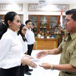 Bupati Suwirta serahkan SK CPNS KLungkung yang baru