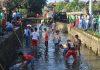 Aksi bersih-bersih dilakukan para siswa anak berkebutuhan khusus (ABK) di sungai Abian Base