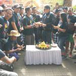 Ketua Umum United Bali Driver Made Yogi Ananta Wijaya diberi potongan tumpeng oleh senator Arya Wedakarna, Minggu (24/3).