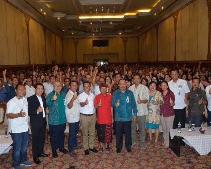 saat menghadiri Seminar Motivasi yang diikuti direksi dan karyawan Bank BPD di Hotel NIKKI Denpasar, Sabtu (13/4).