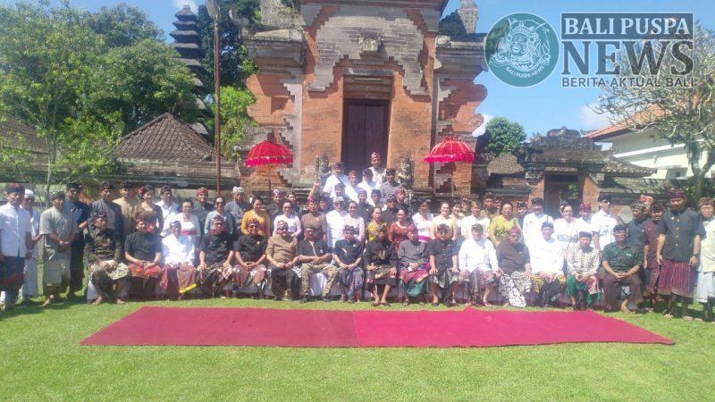 Ratusan tokoh yang terdiri dari tokoh puri dan para pengabih puri sajebag Bali menggelar paruman di Puri Gede Penebel, Tabanan.