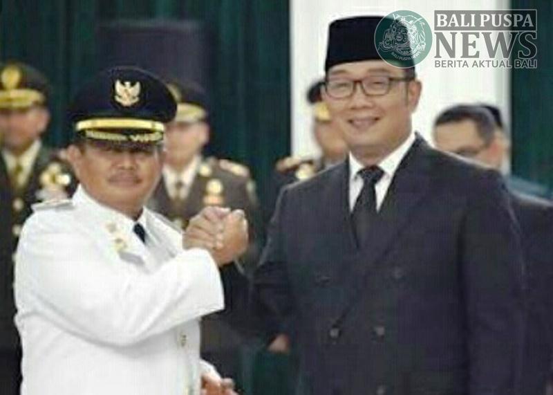 Bupati Indramayu H. Supendi bersalaman dengan Gubernur Jawa Barat Ridwan Kamil