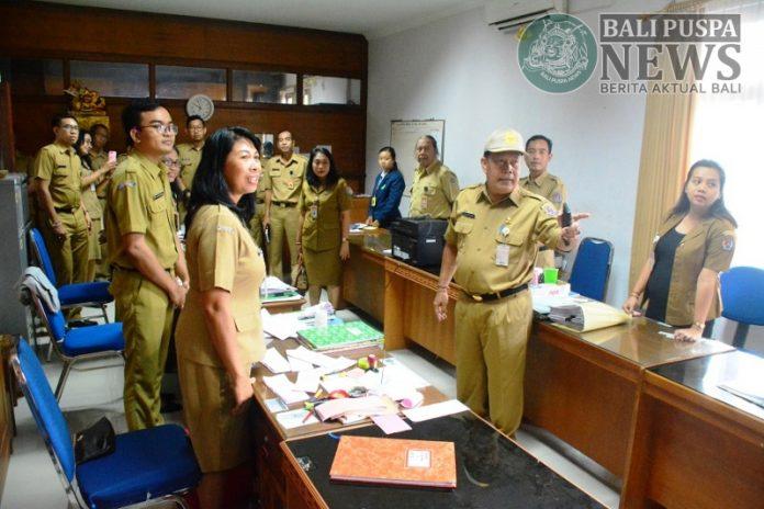 Ket.Foto : Pemerintah Kota Denpasar melalui Badan Kepegawaian dan Pengembangan Sumber Daya Manusa (BKPSDM) Kota Denpasar melaksanakan sidak ke sejumlah Kantor OPD dilingkungan Pemkot Denpasar pada senin (10/6) pasca cuti bersama Hari Raya Idul Fitri 1440 Hijriah.
