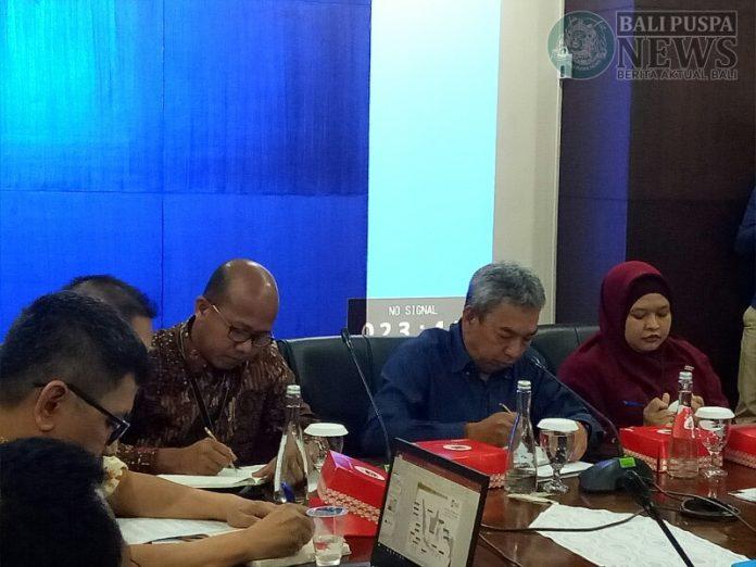 Kepala OJK Bali Nusra, Elyanus Pongsoda dalam jumpa persnya di Kantor OJK Jalan Diponegoro, Denpasar, Jumat (21/6/2019).