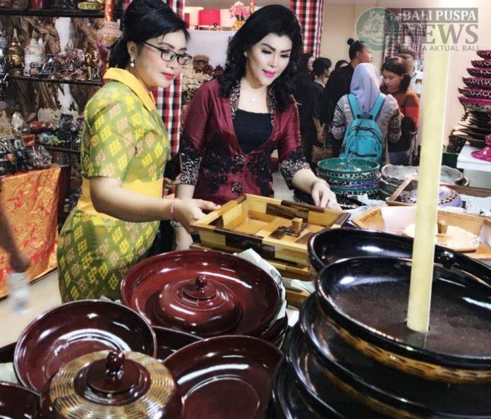 Gabungan Istri Wakil Rakyat (Gatriwara, Red) DPRD Provinsi Bali mengunjungi dan menjajaki stand kuliner yang tersedia pada Pesta Kesenian Bali (PKB) ke-41