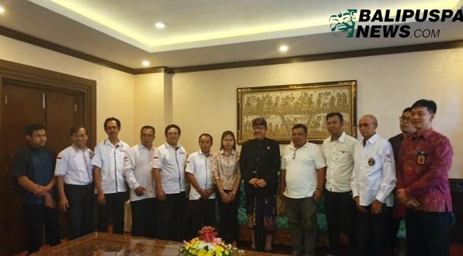 Panitia mekedas mekedas ketika diterima oleh Wagub Bali, Cokorda Oka Artha Ardana Sukawati