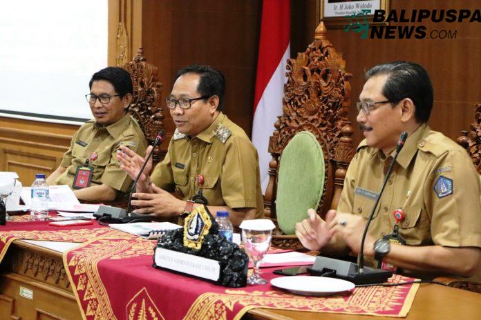 Wabup Badung I Ketut Suiasa didampingi Sekda I Wayan Adi Arnawa dan Asisten Administrasi Umum Cok, Raka Darmawan saat memimpin Rapat Pra Evaluasi AKIP di Puspem Badung, Senin (12/8).