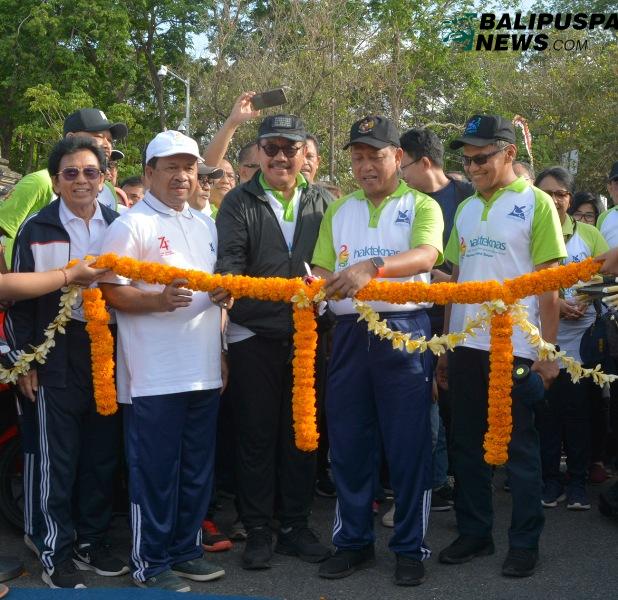 Wakil Gubernur Bali Tjok Oka Artha Ardhana Sukawati saat bersama Menristek melepas jalan sehat Hari Kebangkitan Teknologi Nasional ke 24, dilapangan Niti Mandala, Renon, Minggu (25/8).