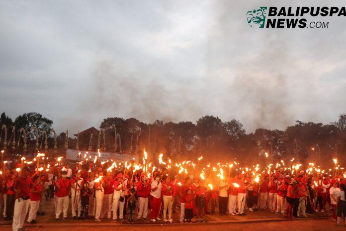 Ribuan peserta pawai obor serangkaian memeriahkan peringatan HUT RI ke-74 di Kabupaten Bangli.