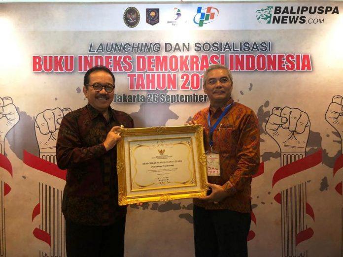 Wakil Gubernur Bali Tjokorda Oka Artha Ardhana Sukawati berkesempatan menerima piagam penghargaan tersebut pada acara peluncuran buku 'Indeks Demokrasi Indonesia 2018' di Istana Ballroom, Hotel Sari Pacific, Jakarta, Kamis (26/9).