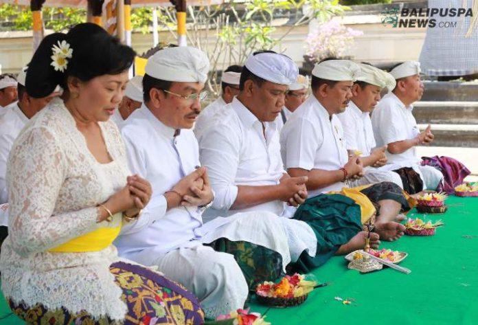 Bupati Suwirta muspayang pujawali di Pura Jagat Natha, Klungkung
