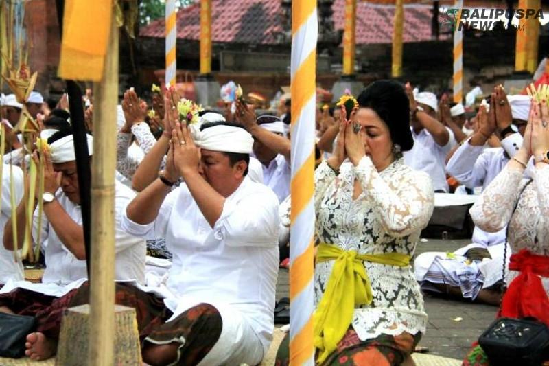 Bupati Artha sembahyang di Pura Dang Kahyangan Rambut Siwi.