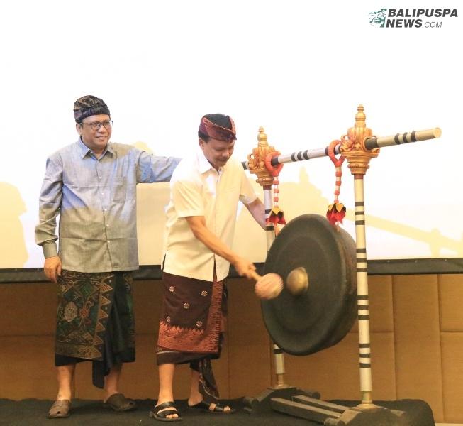 Sekretaris Daerah Provinsi Bali Dewa Made Indra saat membuka Rapat Koordinasi Daerah (Rakorda) dan Sosialisasi Kegiatan Sensus Penduduk 2020 (SP2020) BPS Provinsi Bali, di Harris Hotel Denpasar, Kamis (17/10).