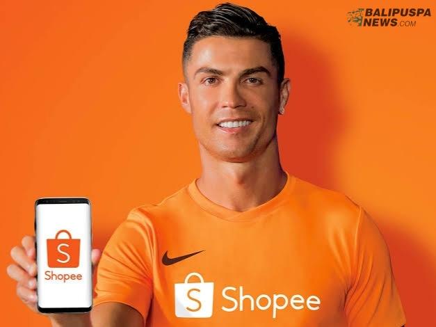 Cristiano Ronaldo lewat peluncuran resmi CR7 Official Store