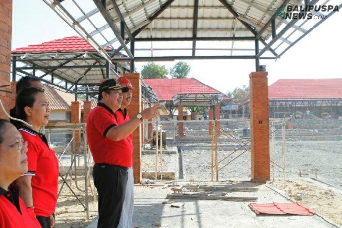 Bupati Artha bersama beberapa pimpinan organisasi perangkat daerah (OPD) meninjau pelaksanaan proyek eks terminal Gilimanuk.