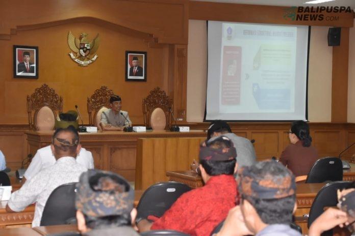 Kepala Bagian Organisasi dan Tata Laksana Setda Kabupaten Badung, I Wayan Wijana memimpin rapat sosialisasi penyederhanaan birokrasi di Ruang Rapat Inspektorat, Kamis (12/12).