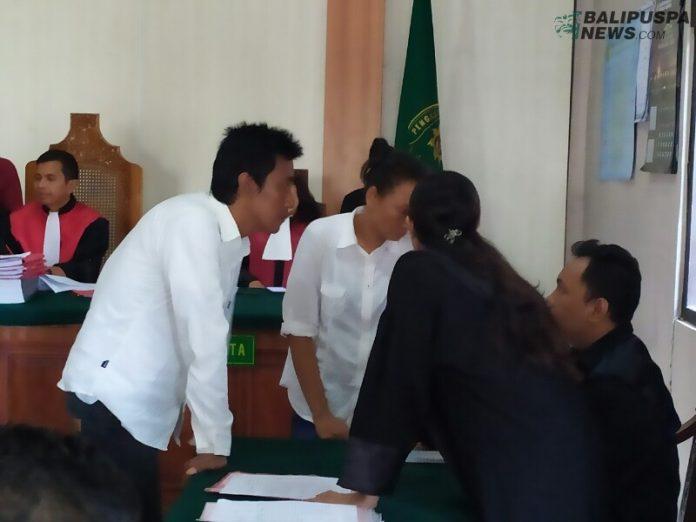 Pasutri yang terlibat penyalahgunaan narkoba sedang berdiskusi di PN Denpasar