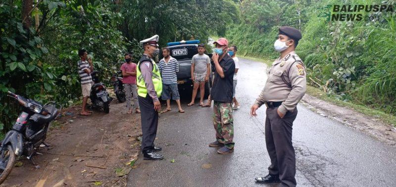 Proses evakuasi ambulance pengangkut mayat yang terjatuh