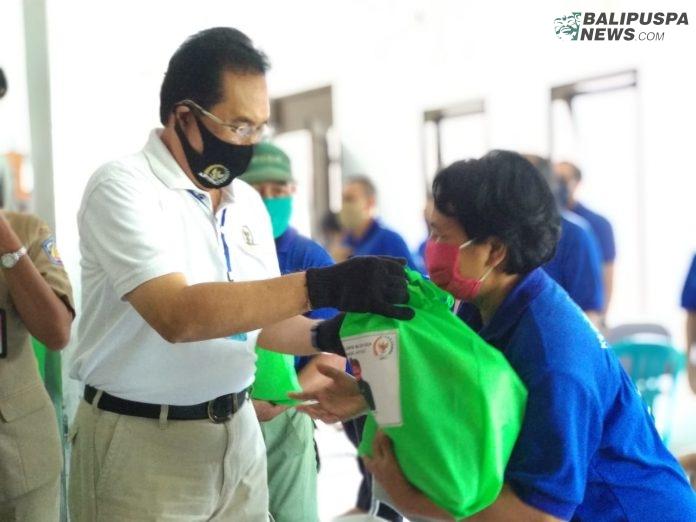 Anggota DPD Dapil Bali AA Gde Agung saat menyerahkan bantuan sembako kepada Anggota KUBE, di Denpasar, Senin (6/7).