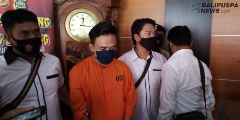 Tersangka penipuan dan pencabupan Ketut Fery Martabak alias Popo saat diamankan di Mapolres Buleleng