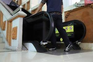 Perangkat disinfeksi berbasis sinar ultraviolet (Sinar UV) yang dipasang di jalur eskalator.