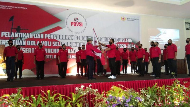 Penyerahan bendera PBVSI Buleleng kepada pengurus baru sebagai simbolis dilantiknya kepengurusan baru, Minggu (13/9/2020)