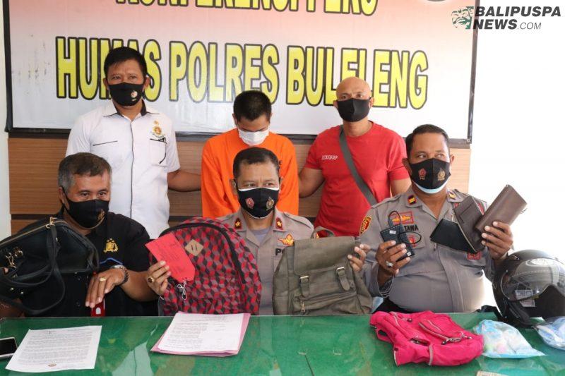 Kapolsek Kota Singaraja saat menunjukkan barang bukti hasil pencurian di wilayah hukum Polsek Kota, Senin (14/9/2020)