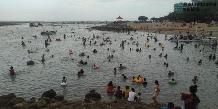 Situasi salah satu obyek wisata pantai di Sanur pada Umanis Galungan, Kamis (17/9/2020) sore