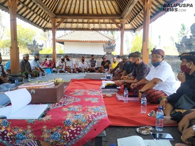 Ket foto. Pertemuan prajuru Peselatan dengan pihak MDA kecamatan terkait kasus kesepekan salah satu warga. Pertemuan menyepakati sanksi kesepekan itu dicabut