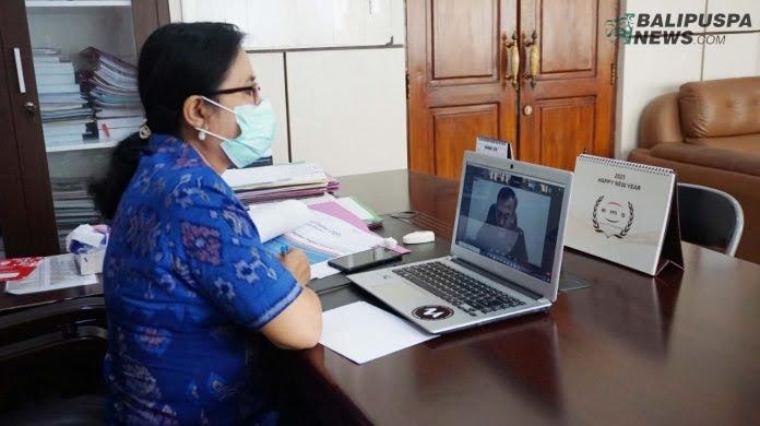 Asisten Perekonomian dan Pembangunan Setda Buleleng, Ni Made Rousmini, S.sos saat mengikuti Rapat Koordinasi Paritrana Award Tahun 2020 Provinsi Bali secara virtual, Selasa (6/10/2020)