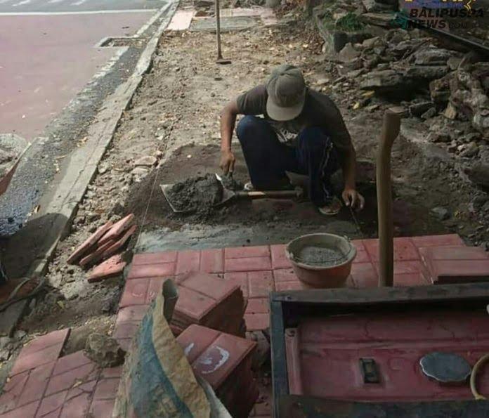 Pelaksanaan Perbaikan Trotoar di Jalan Melati Denpasar, Minggu (25/10/2020)