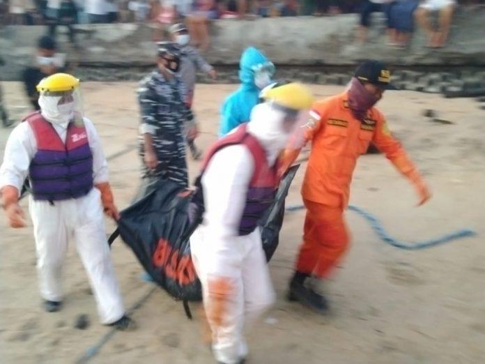 Tim SAR evakuasi jenazah yang ditemukan mengambang di perairan Nusa Penida
