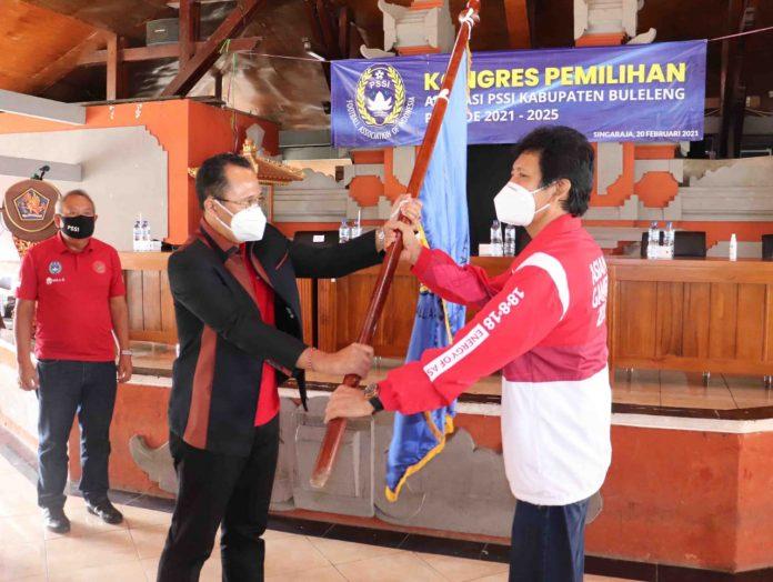 Gede Suyasa saat menerima mandat sebagai Ketua Askab PSSI Buleleng periode 2021-2025 di Wantilan Praja Winangun, Kantor Bupati Buleleng