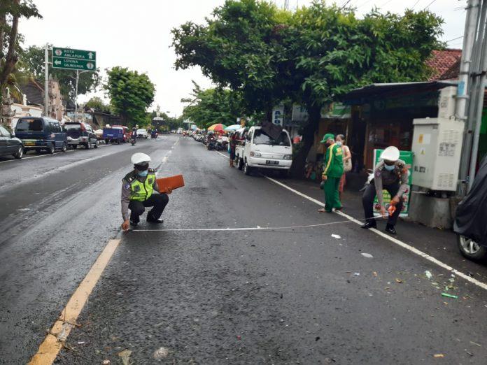 Petugas kepolisian saat melakukan olah TKP kecelakaan di Jalan Mayor Metra KM 1.000 tepatnya Kelurahan Liligundi, Kecamatan Buleleng