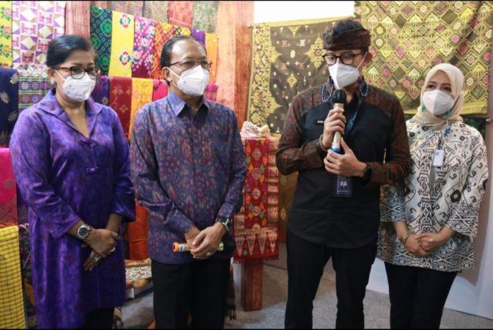 (Dari kiri ke kanan) Ny. Putri Suastini Koster, Gubernur Bali Wayan Koster, Menparekraf RI Sandiaga Uno, Ny. Nur Asia Uno saat meninjau Pameran IKM Bali Bangkit, Sabtu (27/2/2021)