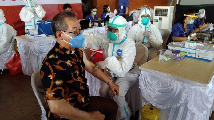 Salah seorang warga yang tengah mengikuti proses vaksinasi di Buleleng