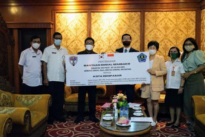 Wakil Walikota Denpasar, I Kadek Agus Arya Wibawa terima bantuan sembako dari Ketua Yayasan Bina Ilmu Korea Selatan Mr. You Hojong di Kantor Walikota Denpasar, Rabu (7/4/2021)