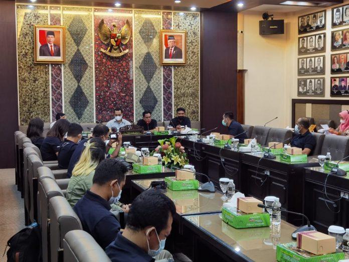 Rombongan Setwan Provinsi Bali dan Forward DPRD Bali saat diterima di Sekretariat DPRD Provinsi Jawa Timur