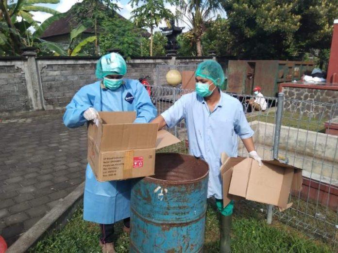 RSU Negara musnahkan puluhan obat yang sudah kadaluarsa di halaman belakang setempat, Jumat (30/7/2021)