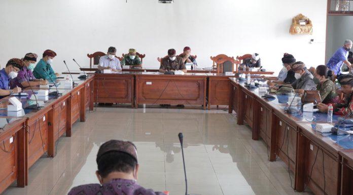 Rapat paripurna internal DPRD Kabupaten Buleleng yang digelar di ruang Gabungan Komisi Gedung DPRD Buleleng