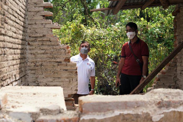 Wabup I Nyoman Sutjidra saat meninjau salah satu rumah warga yang rusak di Lingkungan Satria, Kelurahan Penarukan